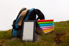 Pila de libros coloridos y del programa de lectura electrónico del libro Imágenes de archivo libres de regalías