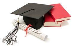Pila de libros con el casquillo y el diploma Imagen de archivo libre de regalías
