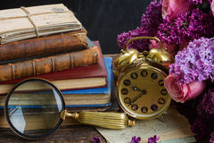 Pila de libros con el reloj Imagen de archivo