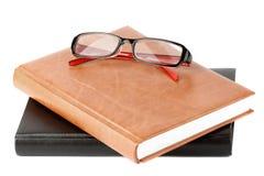 Pila de libros con la lente Imágenes de archivo libres de regalías