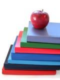 Pila de libros con la manzana Fotografía de archivo libre de regalías