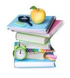 Pila de libros con la manzana aislada Fuentes de dirección de la escuela Fotos de archivo libres de regalías