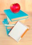 Pila de libros con la manzana en tapa Fondo Fotos de archivo