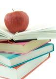 Pila de libros con la manzana roja Fotos de archivo