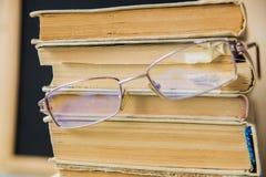 Pila de libros con la manzana y los vidrios Imagen de archivo