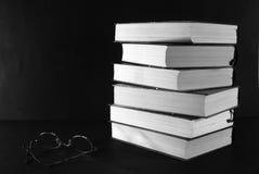 Pila de libros con los vidrios imagen de archivo