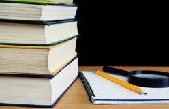 Pila de libros, de lápiz y de cuaderno Imagen de archivo
