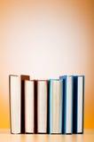 Pila de libros de texto contra gradiente Fotografía de archivo libre de regalías