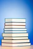 Pila de libros de texto contra gradiente foto de archivo