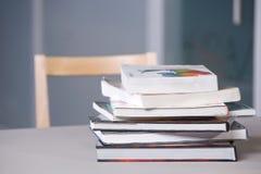 Pila de libros de textos en un escritorio Imagen de archivo