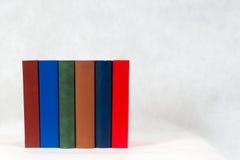 Pila de libros del libro encuadernado en la tabla Imagen de archivo libre de regalías