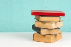 Pila de libros del libro encuadernado en la tabla Fotos de archivo
