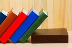Pila de libros del libro encuadernado en la tabla de madera De nuevo a escuela Fotos de archivo