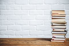 Pila de libros del libro encuadernado en la tabla de madera De nuevo a escuela Copie el espacio para el texto imagenes de archivo
