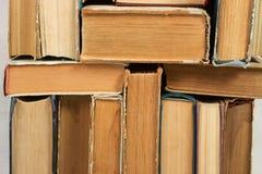 Pila de libros del libro encuadernado en la tabla Visión superior Foto de archivo libre de regalías