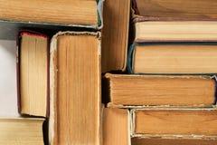 Pila de libros del libro encuadernado en la tabla Visión superior Foto de archivo