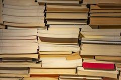 Pila de libros de diverso tamaño en el estante Visión desde el extremo en los libros viejos Opini?n del primer imágenes de archivo libres de regalías