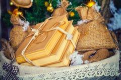 Pila de libros en cesta Foto de archivo libre de regalías