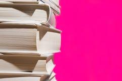 Pila de libros en color de rosa Fotografía de archivo