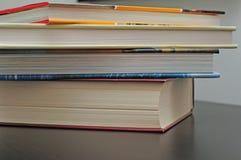 Pila de libros en el escritorio Imagenes de archivo