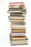 Pila de libros en el fondo blanco. Fotografía de archivo libre de regalías