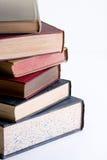 Pila de libros en el fondo blanco. Fotos de archivo