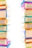 Pila de libros en el fondo blanco Fotografía de archivo libre de regalías