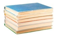 Pila de libros en el fondo blanco imagen de archivo