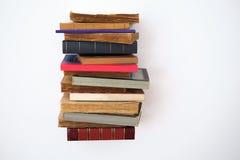 Pila de libros en la pared Foto de archivo libre de regalías