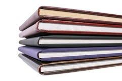Pila de libros en las cubiertas de cuero imagen de archivo libre de regalías