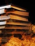 Pila de libros en un fuego ardiente Imágenes de archivo libres de regalías