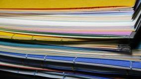 Pila de libros hechos a mano con las cubiertas coloridas foto de archivo