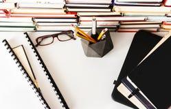 Pila de libros, libro de texto, ordenador portátil, vidrios en el fondo del negocio de la oficina para la educación que aprende c imágenes de archivo libres de regalías