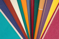 Pila de libros multicolores, manojo de libros multicolores, montón o Fotografía de archivo libre de regalías