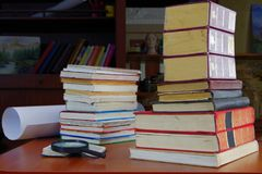 Pila de libros muy usados imagen de archivo
