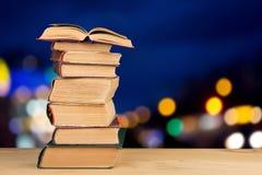 pila de libros sobre el fondo natural foto de archivo libre de regalías
