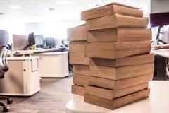 Pila de libros usados viejos en el departamento de las TIC Imágenes de archivo libres de regalías