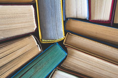 Pila de libros viejos usados, visión superior Foto de archivo