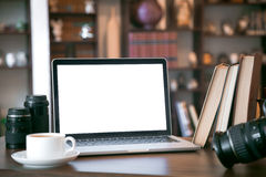 Pila de libros viejos y de ordenador portátil sobre la tabla de madera, imagen filtrada retra Imagen de archivo libre de regalías