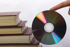Pila de libros y de CD-ROM imágenes de archivo libres de regalías