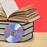 Pila de libros y de DVD Imágenes de archivo libres de regalías