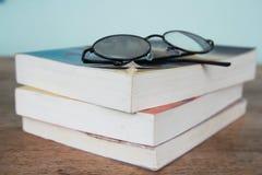 Pila de libros y de gafas de lectura Imagen de archivo