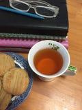 Pila de libros y de té Imagen de archivo libre de regalías