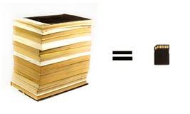 Pila de libros y de tarjeta flash Imágenes de archivo libres de regalías
