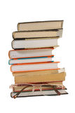 Pila de libros y de vidrios imagen de archivo