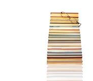 Pila de libros y de vidrios Fotografía de archivo libre de regalías