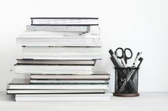 Pila de libros y de efectos de escritorio fotografía de archivo