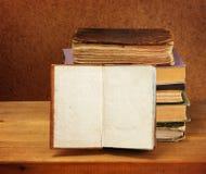 Pila de libros y libro abierto Fotos de archivo