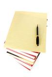 Pila de libros y papel de carta fotos de archivo libres de regalías