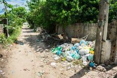 Pila de litera en una esquina de calle - Itamaraca tiene un mismo problema grave con desperdicios foto de archivo